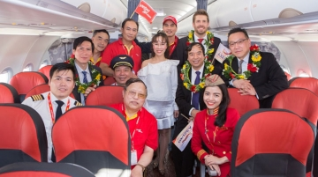 Vietjet management led by Phuong Thao, (middle), together with Airbus and Pratt & Whitney representatives, welcome the A321neo delivery delegation