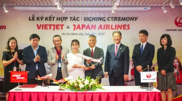JAL and Vietjet representatives during signing ceremony