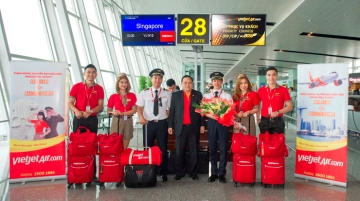 Duc Tam, vice president, Vietjet welcomes the flight crew at Changi Airport
